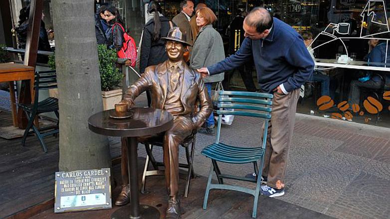 Un nuevo monumento en el centro de Montevideo homenajea a Carlos Gardel a 80 años de su muerte