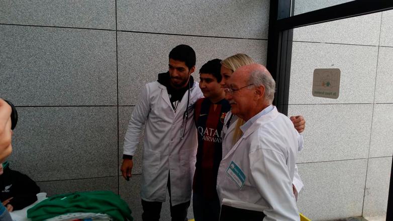 De vacaciones en Uruguay, Luis Suárez visitó Fundación que lucha contra el cáncer infantil, de la cual es padrino