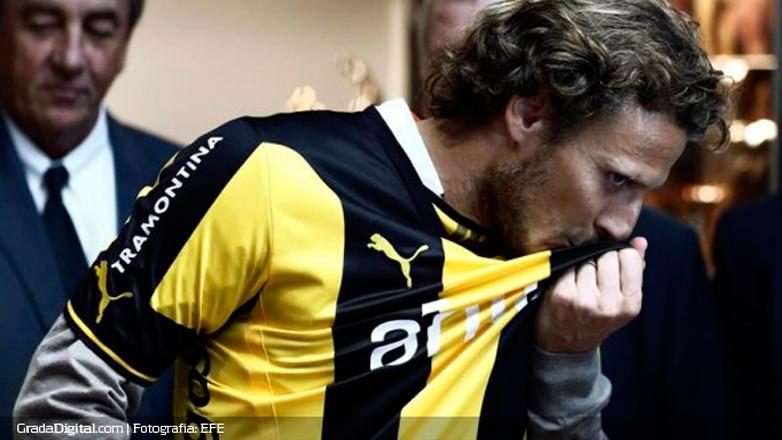 """Diego Forlán vuelve a Uruguay para jugar en Peñarol: """"Voy a ponerme la camiseta que siempre soñé"""""""