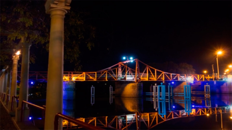 Luces en la noche: hermoso timelapse del Puente de Carmelo en Colonia