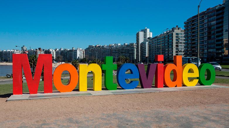 Colorida diversidad: intervención urbana por mes de la diversidad en letra de Montevideo