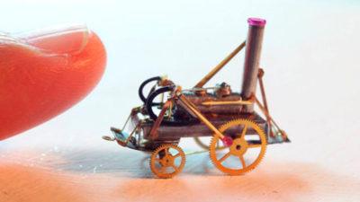 Por amor al arte: el uruguayo que hace miniaturas mecánicas que pesan un gramo y flotan en la palma de la mano