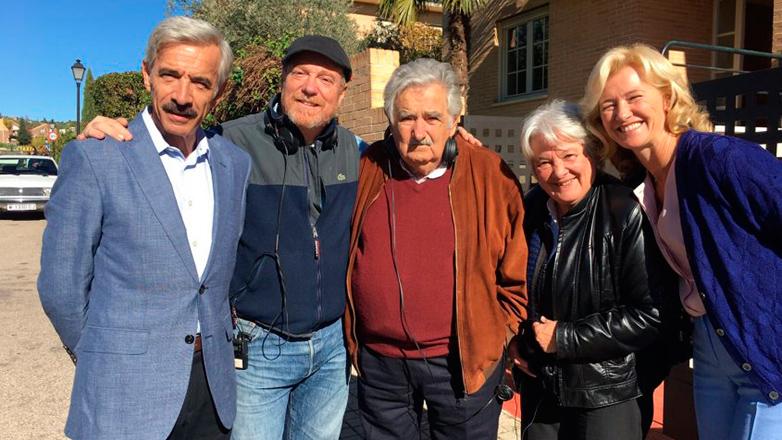 Ex presidente Mujica visitó el set de una de sus series favoritas