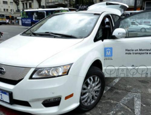 El intendente de Montevideo se traslada en un auto eléctrico