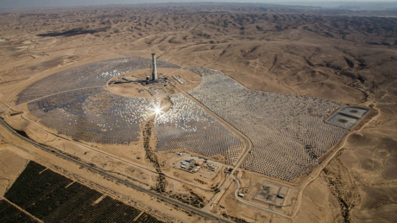 Seis uruguayos construyen la torre solar más alta del mundo