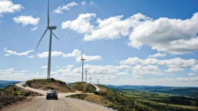 """Aerogenerador tiene área de """"barrido"""" superior a una cancha de fútbol El desarrollador alemán de parques eólicos Sowitec inició la fase de pruebas en Uruguay de una granja eólica en Flores de 49,2 megawatts (MW) que tiene los aerogeneradores de mayor tamaño en funcionamiento en Latinoamérica. Las turbinas Vestas con una potencia de 3,3 MW tienen un radio de giro de 126 metros. Con ese tamaño, el área de """"barrido"""" en el giro de las aspas de esos equipos es superior a una cancha profesional de fútbol como el Estadio Centenario. El parque eólico Pastorale -cerca de Villa Ismael Cortinas- fue desarrollado por el operador alemán gracias a la inversión que realizó el grupo español BOW Power -que es propietario del 90% del emprendimiento-, mientras que Sowitec conserva el restante 10%. En el marco del 10° aniversario de su actividad en Uruguay, la firma alemana realizó un acto en la Cámara Uruguayo-Alemana del que participó el gerente ejecutivo de operaciones de Sowitec, Harald Rudolph, donde los elogios por la política energética que llevó a cabo el país en la última década y la certidumbre para invertir no faltaron. Además del parque en Flores -que está a punto de ingresar a la red de UTE-, la firma alemana ya había construido anteriormente un parque eólico de 42 MW en Minas. Con ambos proyectos el monto de inversión superó los US$ 200 millones. A nivel global, la creación de inversión de los proyectos del Grupo Sowitec ronda los US$ 3.000 millones. Evaluación positiva En diálogo con El Observador Rudolph dijo que a 10 años que la empresa tomara la decisión de arribar a Uruguay se cumplieron las expectativas previas de encontrar un mercado estable y un ambiente propicio para el desarrollo de negocios. """"Al principio no fue fácil porque las autoridades no estaban familiarizadas con aspectos de la industria eólica en particular. Pero esto fue cambiando en la medida que hubo un proceso de aprendizaje que incluso contó con lineamientos específicos para este sector que permiti"""