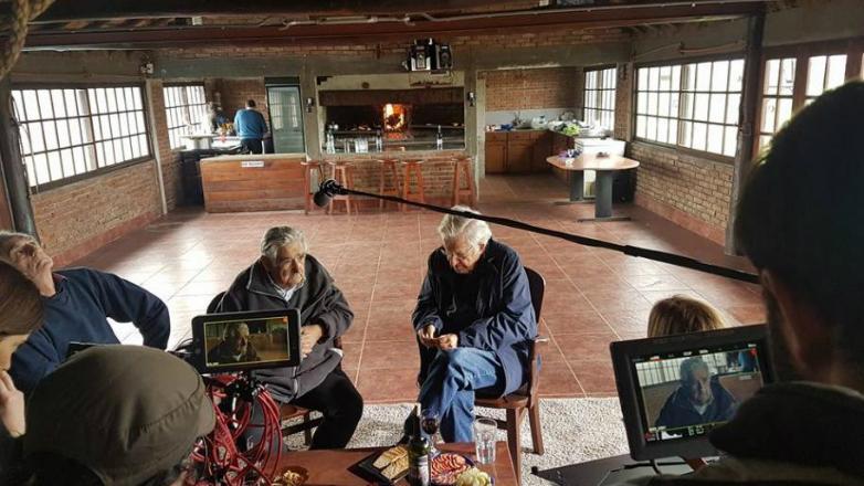Chomsky llegó a Uruguay y se reunió con Mujica para filmar documental