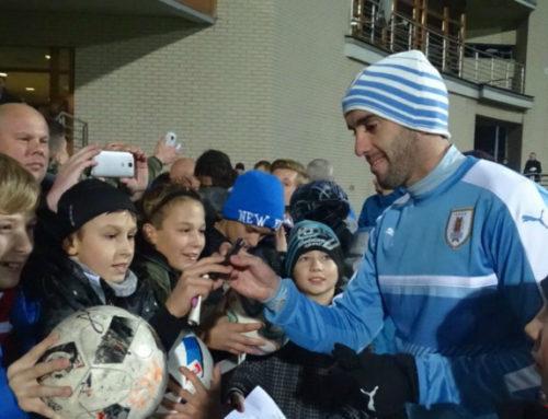 Los niños polacos deliraron con la presencia de Godín y Cavani