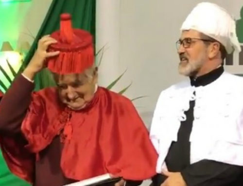 José Mujica recibió el título honoris causa en Brasil y se le complicó con la vestimenta oficial