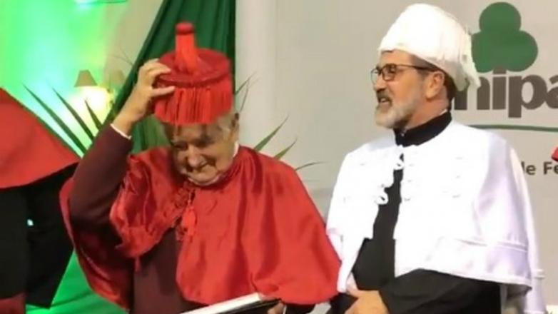 Mujica recibió el título honoris causa en Brasil y se le complicó con la vestimenta oficial