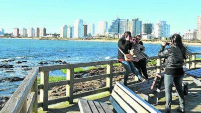 Turistas extranjeros contarán con devolución del total del IVA en sus compras en Uruguay