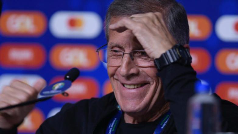 Tabárez dio clase en la conferencia, emocionó y se retiró aplaudido