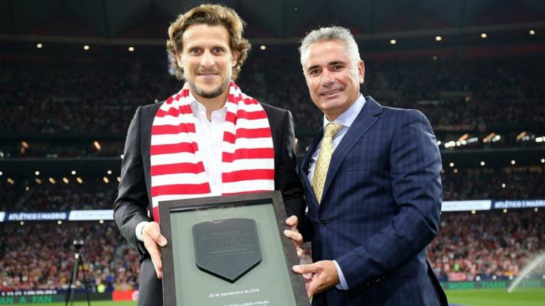 Forlán fue homenajeado por Atlético de Madrid por su trayectoria