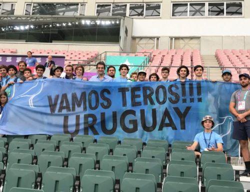 Jóvenes uruguayos acompañan y alientan a Los Teros en Japón, invitados por la Municipalidad de Oita