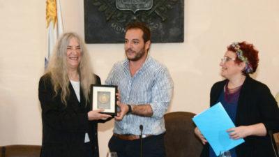 A capella: Patti Smith ya está en Uruguay y así recibió su distinción como visitante ilustre