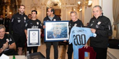 Asociación Uruguaya de Fútbol homenajeó a Óscar Tabárez por sus 200 partidos con la selección
