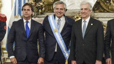 Tabaré Vázquez y Luis Lacalle Pou saludaron juntos a Alberto Fernández tras su asunción como presidente