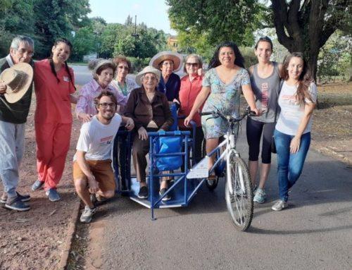 Pedalear para dar alegría a los abuelos: un paseo en bicicletas inclusivas