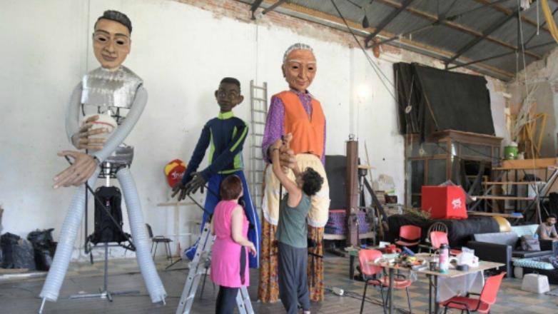 Artesanos uruguayos aprenden a hacer marionetas francesas para el Carnaval