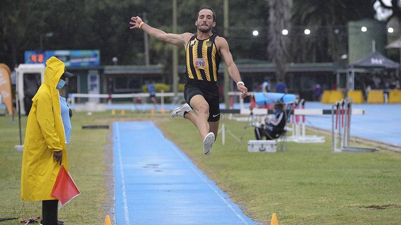 Emiliano Lasa, durante su participación en el Grand Prix Darwin Piñeyrúa, el 20 de marzo, en la pista de atletismo. Foto: Federico Gutiérrez