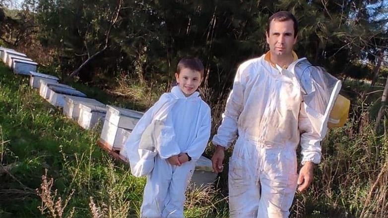 Fabricio con su hijo Joaquín, en uno de los apiarios donde se genera la miel con la que se destacó en la cata.